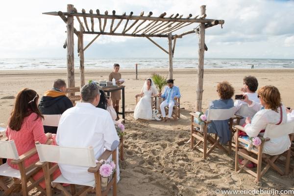 Huwelijk op strand als trouwfotograaf